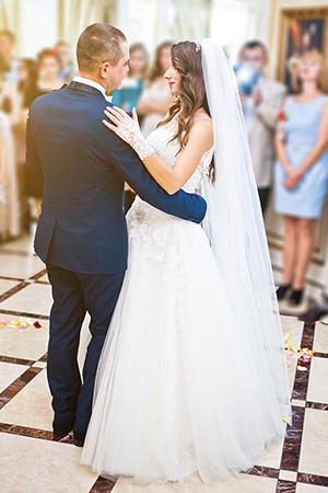 Das Brautpaar eröffnet den Hochzeitstanz