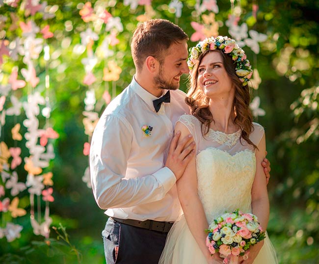 Brautpaar im Grünen